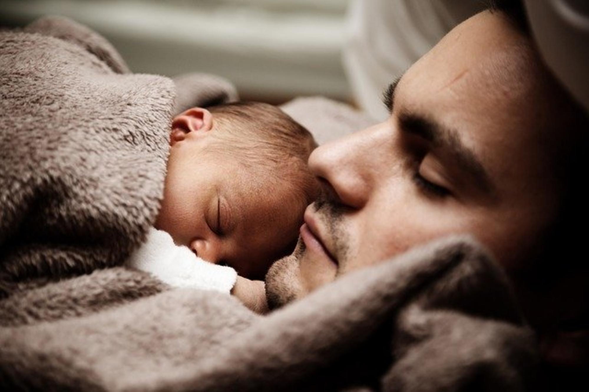 Pierwsze dni noworodka w domu. Na co zwrócić uwagę?